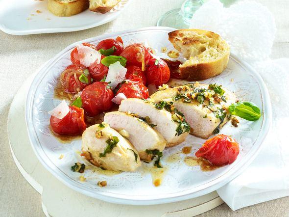 Fixes Basilikumhähnchen mit geschmolzenen Tomaten Rezept
