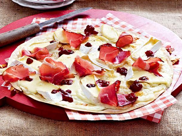 Flammkuchen mit Camembert und Preiselbeeren Rezept
