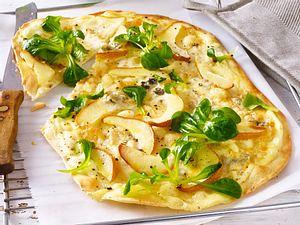 Flammkuchen mit Birne, Gorgonzola und Feldsalat