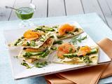 Flammkuchen mit grünem Spargel, Räucherlachs und Dill-Pesto Rezept