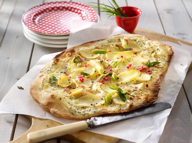 Flammkuchen mit Kartoffelscheiben, Schinken, Lauchzwiebeln und Kräuter-Schmand Rezept
