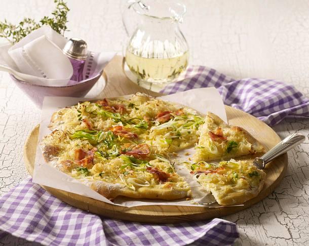 Flammkuchen mit Sauerkraut, Lauchzwiebeln und Speck Rezept