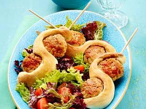 Fleischbällchen-Brot-Spieß auf Salat mit Vinaigrette Rezept