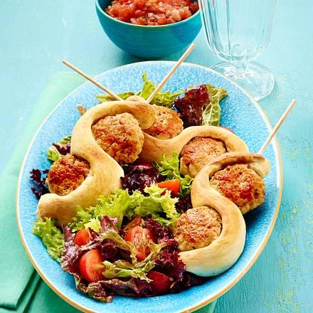 Fleischbällchen-Brot-Spieß auf Salat mit Vinaigrette (gemischter Salat) Rezept