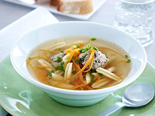 Fleischklößchensuppe mit Nudeln und Möhren-Julienne Rezept