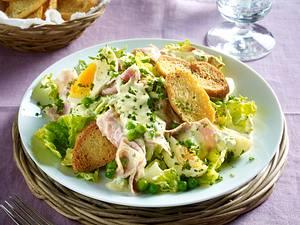 Fleischsalat mit gekochten Eiern, Erbsen und gerösteten Baguettescheiben Rezept