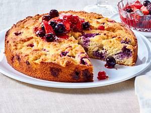 Fluffiger Mandelkuchen mit Beeren (glutenfrei) Rezept
