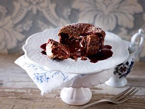 Fondant au Chocolat: Schokoküchlein mit flüssigem Kern und Brombeer-Cassis-Soße Rezept