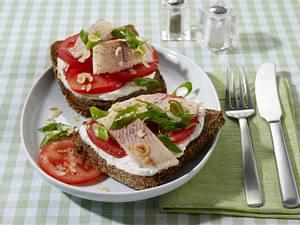 Forellenfilet mit Tomaten und Lauchzwiebeln auf Vollkornbrot Rezept