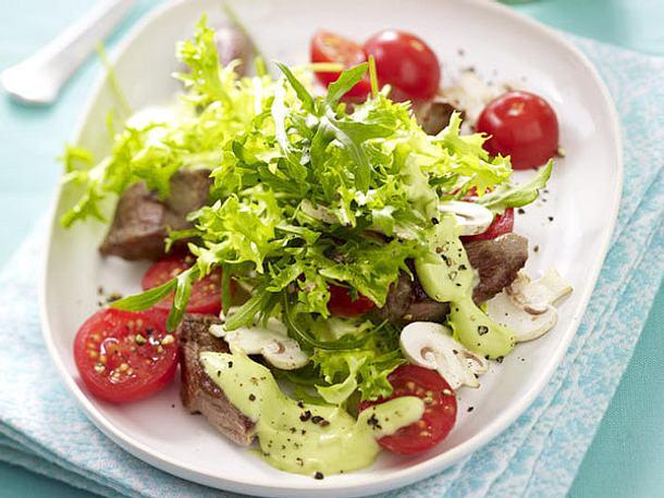 Französischer Salat mit Lammfilet und Avocado-Joghurtsoße Rezept