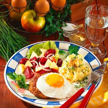 Frikadelle mit Spiegelei und Rote-Bete-Salat Rezept