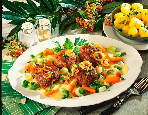 Frikadellen auf gestovtem Möhren-Porree-Gemüse Rezept