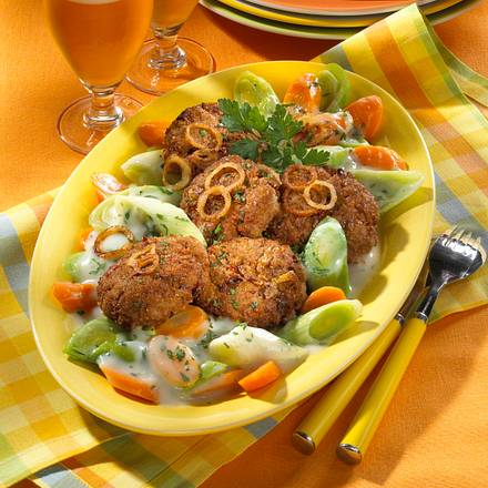 Frikadellen auf Porree-Rahm-Gemüse Rezept