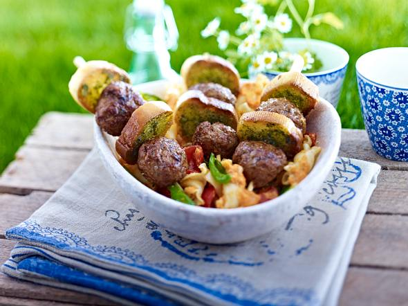 Frikadellen-Crostini-Schaschlik mit Basilikum-Pasta-Salat Rezept