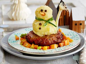 Frikadellen-Kartoffelpüree-Schneemann mit Möhrengemüse Rezept
