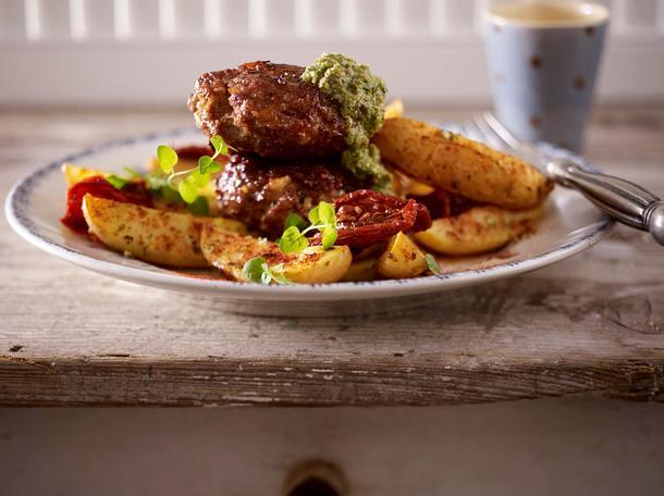 Frikadellen mit Kartoffel-Wedges, getrockneten Tomaten und Salsa verde Rezept