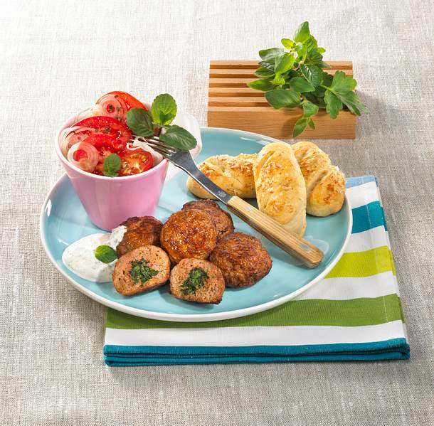 Frikadellen mit Kräuterfüllung und Tomatensalat Rezept