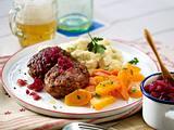 Frikadellen mit Pastinakenstampf, Möhrengemüse und Zwiebel-Konfit Rezept