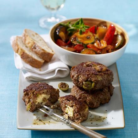 Frikadellen mit Schafskäse-Oliven-Füllung zu Ratatouille-Gemüse Rezept