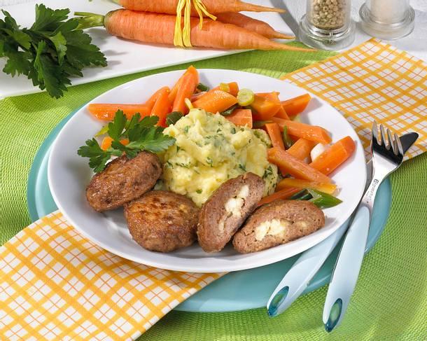 Frikadellen mit Schafskäsefüllung, Möhren und Kartoffel-Püree Rezept