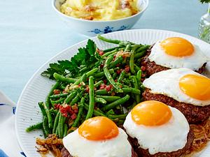 Frikadellen mit Spiegeleiern, grünen Bohnen, Kartoffelstampf und Butterbröseln (TITEL) Rezept