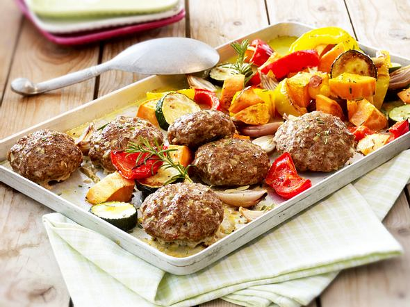Frikadellen vom Blech mit Zucchini, Schalotten, bunten Paprika und Süßkartoffeln Rezept
