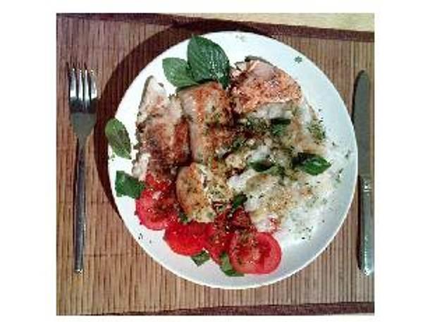 Frische Fischfilets, Basmati-Curry-Reis und Tomaten-Salat mit frischem Basilikum Rezept