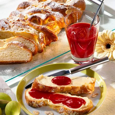 Frischer Buttermilch-Quark-Zopf mit Erdbeeraufstrich Rezept