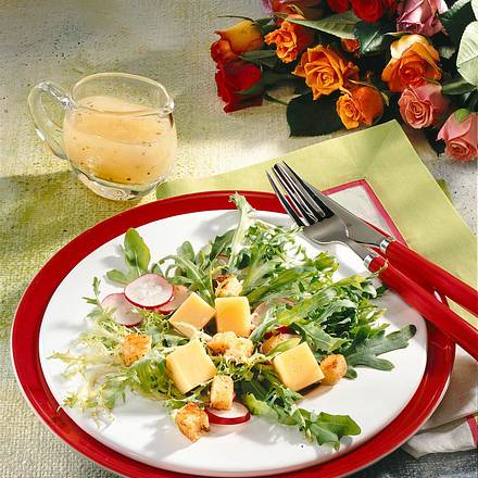 Frischer Salat mit Käsewürfeln Rezept