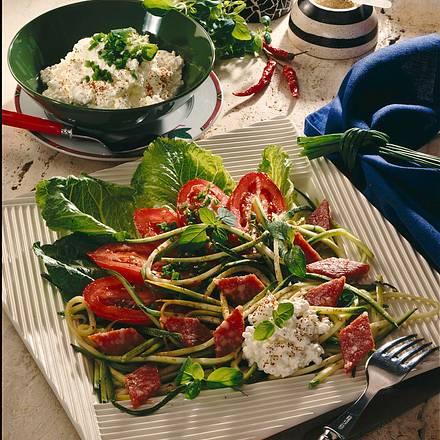 frischer salat mit salami und frischk se rezept. Black Bedroom Furniture Sets. Home Design Ideas