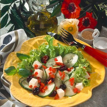 Frischer Salat mit Schafskäse und Oliven Rezept