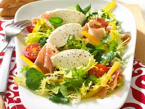 Frischkäse-Nocken auf Salat Rezept