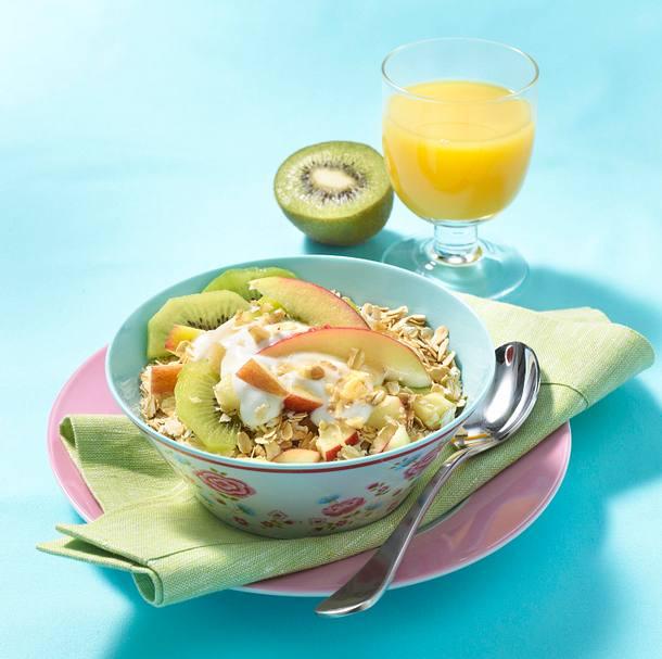 Frischkornmüsli mit Haferflocken, Apfel, Kiwi, Walnüssen und Sojajoghurt Rezept