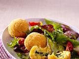 Frittierte gefüllte Reisbällchen (Arancini) zu Blattsalat Rezept