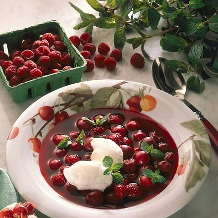Fruchtsuppe mit Schneeklößchen  Rezept
