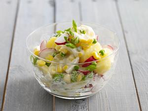Frühlingshafter Kartoffelsalat mit Mayonnaise und Frikadellen Rezept