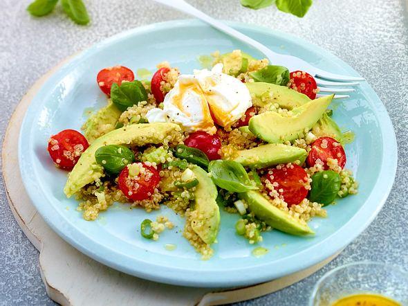 Frühlingssalat mit Avocado und pochiertem Ei Rezept