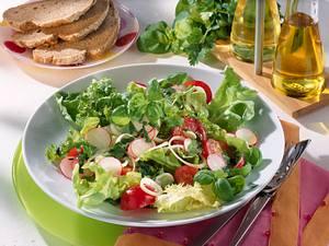 Frühlingssalat mit Kräuter-Vinaigrette Rezept