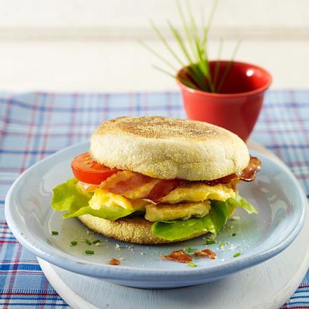 Frühstücksburger mit Rührei und Speck Rezept