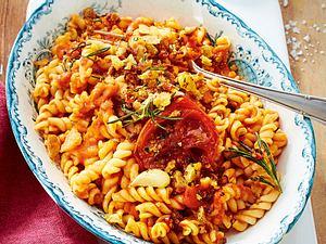 Fusilli mit Tomatensosse und Chilibröseln Rezept-F8454903