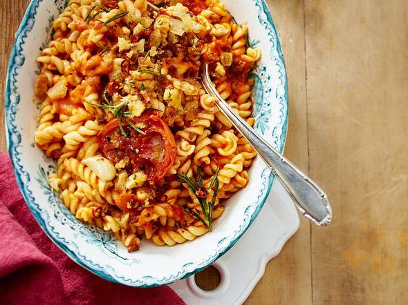 Fussili mit gerösteter Tomatensoße und feurigen Rosmarin-Bröseln Rezept