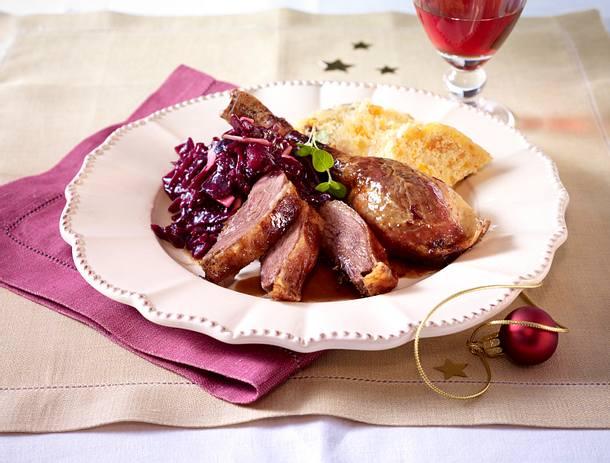 Gans mit Hefeteigfüllung und Apfelrotkohl (Johann Lafer) Rezept