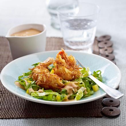 Garnelen in knuspriger Kartoffelhülle zu buntem Salat Rezept