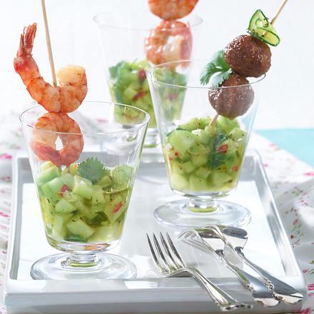Garnelen- und Hack-Spieße auf exotischem Gurkensalat Rezept