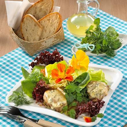 Gartenkräutersalat mit gratinierten Schweinemedaillons Rezept