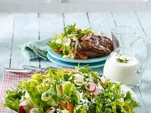 Gartensalat mit Nackensteaks vom Blech Rezept