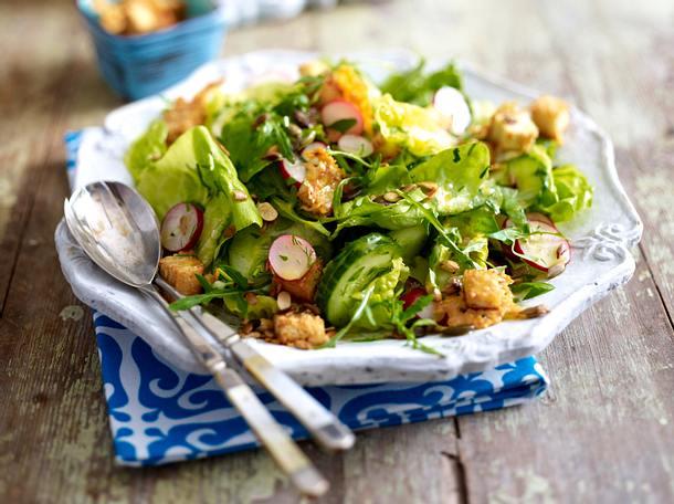 Gartensalat mit Parmesan-Croûtons Rezept