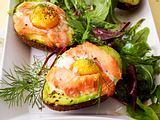 Gebackene Avocado auf Salatbett Rezept