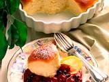 Gebackene Buchteln mit Kirsch-Johannisbeer-Kompott Rezept