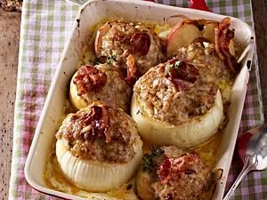 Gebackene Gemüsezwiebeln und Äpfel mit Metthaube zu Kartoffelstampf Rezept